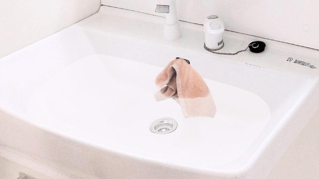 洗面所側面の穴にタオルを詰める画像
