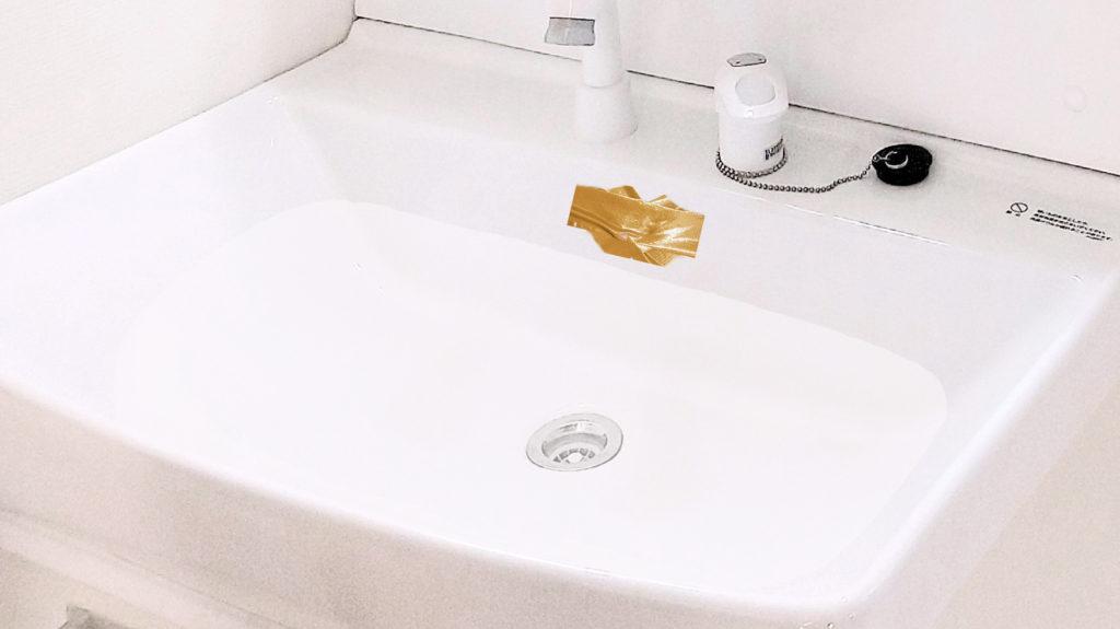 洗面所側面の穴にガムテープを張った画像